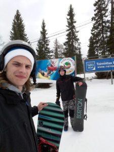 5 Alumnes ELE-21 Noé Capella i Adrián Galán fent snowboard a Finlàndia