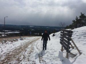 Adrián esquiant