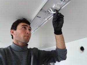 Adrián instal·lant fluorescents